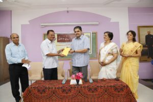 anemia project Sangli-giving gift to the chief guest
